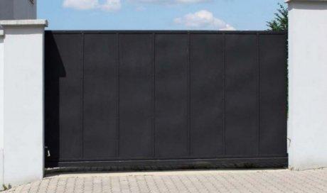 Pose et installation de portail coulissant gris en acier à Martigues